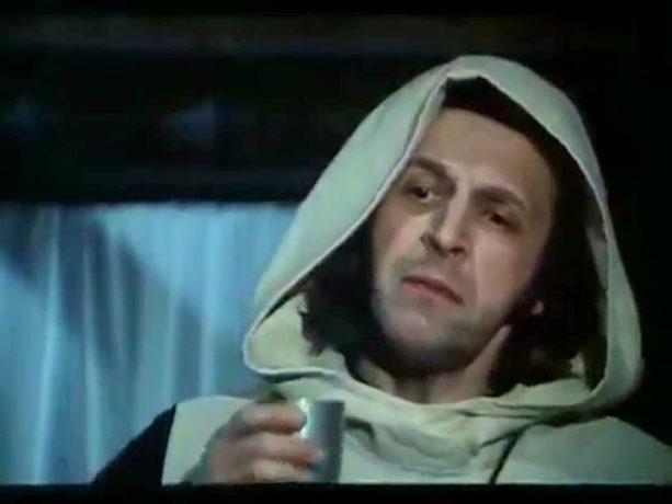 Marcel Sabourin en prêtre salace dans la comédie grivoise Ah! Si mon moine voulait... de Claude Pierson (image tirée du film - collection filmsquebec.com)