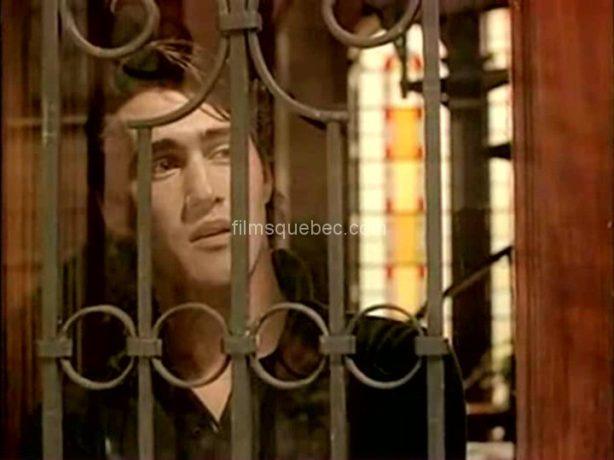 Image du comédien Roy Dupuis dans Being at home with Claude de Jean Beaudin - On le voit  derrière la fenêtre avec des barreaux.