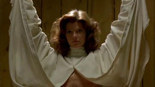 Samantha Eggar incarne Nola dans The Brood de David Cronenberg (la femme dévoile son ventre mutilé)