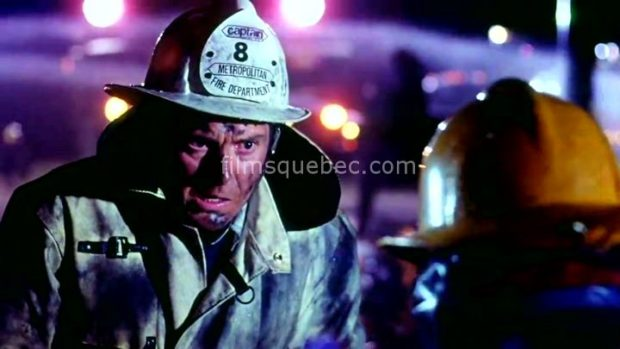 Richard Donat, pompier dans le film catastrophe City on Fire de Alvin Rakoff (image extraite du film - Collection filmsquebec.com - Reproduction interdite sans autorisation)