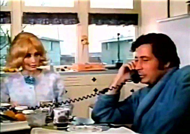 Image extraite du film Image extraite du film Deux femmes en or (Claude Fournier, 1970) - Violette Lamoureux (Louise Turcot) et son mari (Donald Pilon) apprennent que leur maison a été élue par la ville - Image écran ©filmsquebec.com