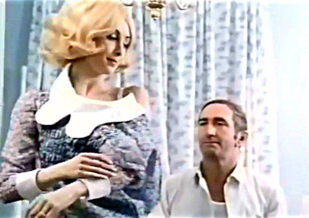 Image extraite du film Deux femmes en or (Claude Fournier, 1970) - Violette Lamoureux (Louise Turcot) avec l'oiseleur (Georges Groulx) dans ce qui est sans doute la scène la plus résussie - Image écran ©filmsquebec.com