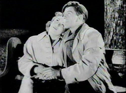 Image de l'auteur et comédien Gratien Gélinas et de la comédienne Monique Miller dans Tit-Coq de René Delacroix et Gratien Gélinas (image extraite du film - collection filmsquebec.com)