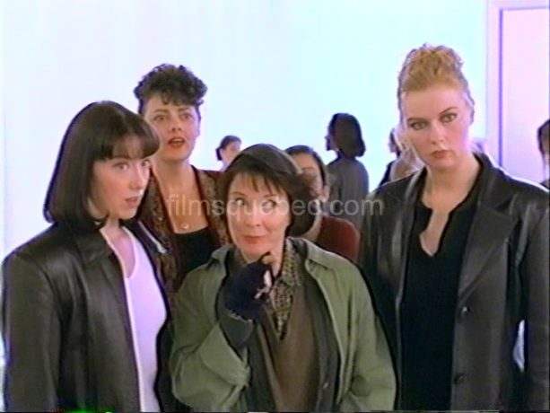 Véronica Ferres (g.), Molly Parker (d.) et Dorothée Berryman dans Ladies Room de Gabriella Cristiani (image extraite du film (capture VHS) - Collection filmsquebec.com - Reproduction interdite sans autorisation)