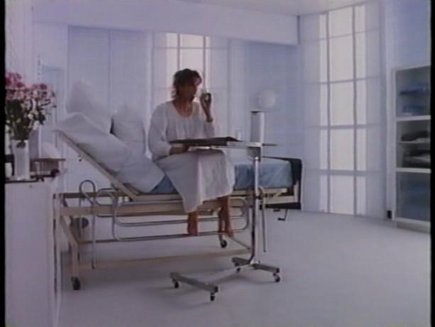 Danielle Proulx dans Une portion d'éternité de Robert Favreau - Marie se prépare à être fécondée en lisant un livre - Source: collection personnelle
