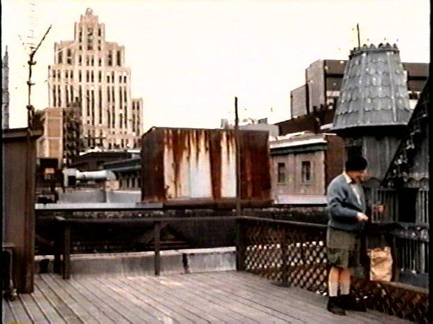 Marcel Sabourin - Monsieur le concierge élève ses pigeons sur le toit d'un bloc décrépi du Vieux Port de Montréal - Sous les draps, les étoiles de Jean-Pierre Gariépy (Capture d'image de la VHS - ©filmsquebec.com)