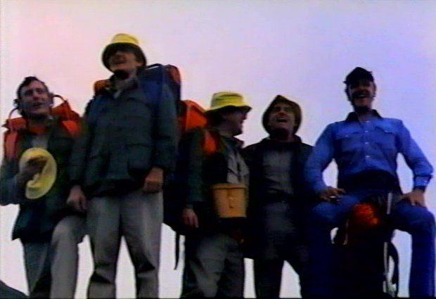 Les cinq médecins surplombent un rocher et contemplent la nature. Ils étaient cinq (VF de Rituals) : le groupe de départ...
