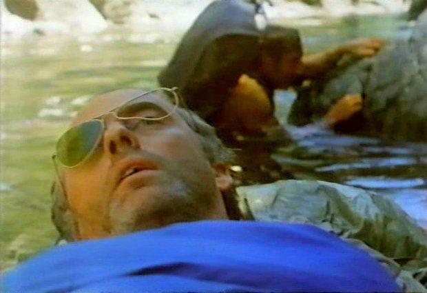 Ils étaient cinq (VF de Rituals) : le sauvetage de l'un d'eux (Capture d'écran de la VHS originale version québécoise - ©filmsquebec.com)