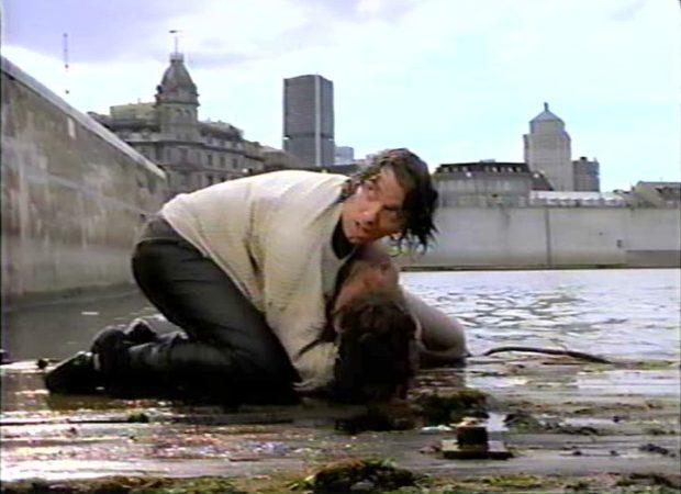 Patrice L'Écuyer et Isabelle Renauld dans <em>La présence des ombres</em> de Marc F. Voizard - le sauvetage de la noyade - (image tirée du film, collection filmsquebec.com)