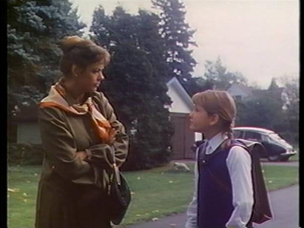 Extrait du film Tinamer de Jean-Guy Noël - Edna (Louise Portal) force Tinamer à aller à l'école (copie écran de la VHS - ©filmsquebec.com)