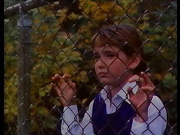 Extrait du film Tinamer de Jean-Guy Noël - Tinamer (Sarah-Jeanne Salvy) découvre la grande ville (copie écran de la VHS - ©filmsquebec.com)