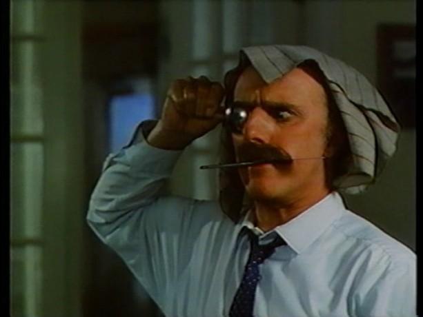 Extrait du film Tinamer de Jean-Guy Noël - Léon (Gilles Vigneault) fait le clown pendant le repas (copie écran de la VHS - ©filmsquebec.com)