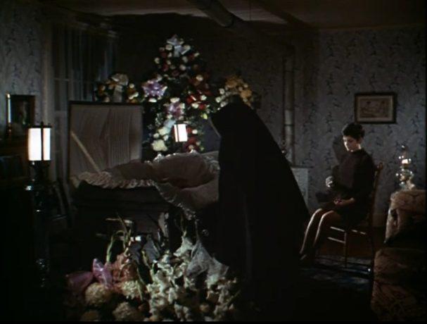 Geneviève Bujold dans Isabel de Paul Almond - Dans une pièce sombre, la jeune femme se recueille auprès du cercueil de sa mère défunte