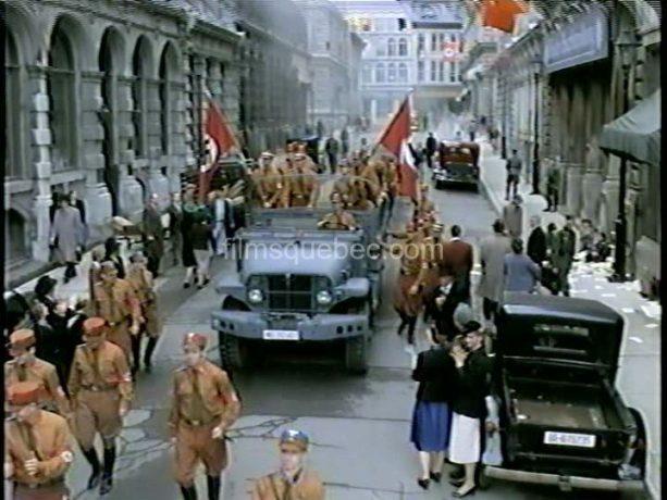 Montréal se fait passer pour différentes places d'Europe dans Varian's War de Lionel Chetwynd - Ici on voit une vieille rue envahie de soldats nazis