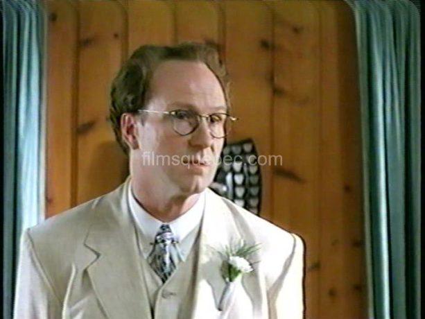 William Hurt dans Varian's War - Le comédien est debout, dans un costume blanc. Il donne un discours pour convaincre son auditoire d'embrasser dans sa cause.