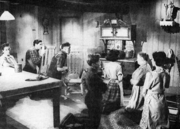 Extrait d'une scène du film Le gros Bill - prière en famille (source filmsquebec.com)