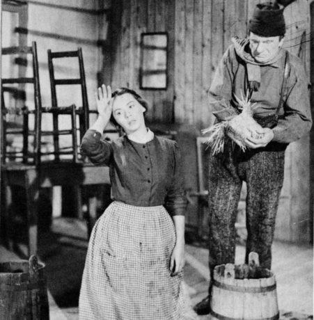 Un homme et son péché (Paul Gury, 1949) : Donalda (Nicole Germain) et Séraphin (Hector Charland) - (Coll. Cinémathèque québécoise)