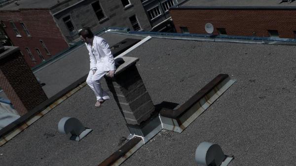 Sur le toit: Image promotionnelle du film Over My Dead Body de Brigitte Poupart