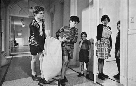 Georges Lussier, Jean-François Lesage, Guillaume Lemay-Thivierge, Charlotte Laurier et Mario Spénard dans La Dame en couleurs. (Fonds d'archives Claude-Jutra,  Université du Québec à Montréal.)