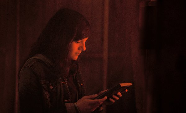 Clémence Dufresne-Délières est Chloé dans Ressac de Pascale Ferland (ici dans la scène du fumoir, la plus belle du film - K-Films Amérique - Les Films de l'autre)