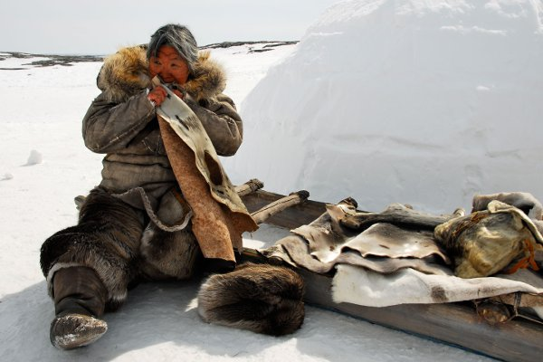 Vieille femme inuite dans Maïna de Michel Poulette