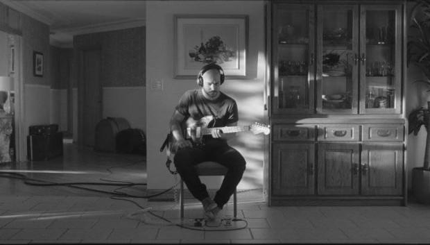 Image de Marc-André Grondin à la guitare dans Tu dors Nicole (©Sara Mishara)