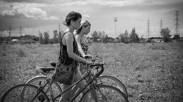 Image de Julianne Côté et Catherine St-Laurent perdues dans un no-man's-land dans Tu dors Nicole (©Sara Mishara)