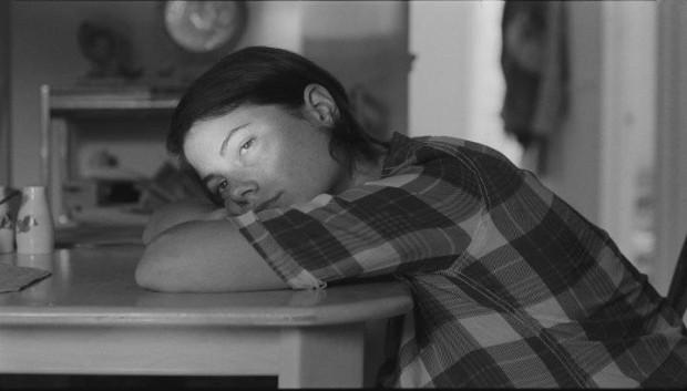Image de Julianne Côté somnole dans Tu dors Nicole (©Sara Mishara)