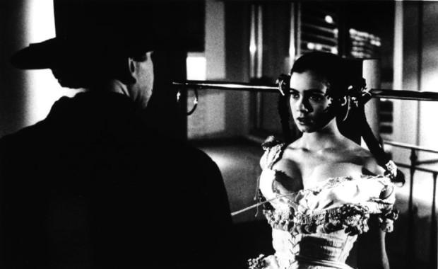 Image officielle de la comédienne Mia Kirshner dans Love and Human Remains (réal. Denys Arcand, prod. Max Films - 1993 - source image : collection personnelle)
