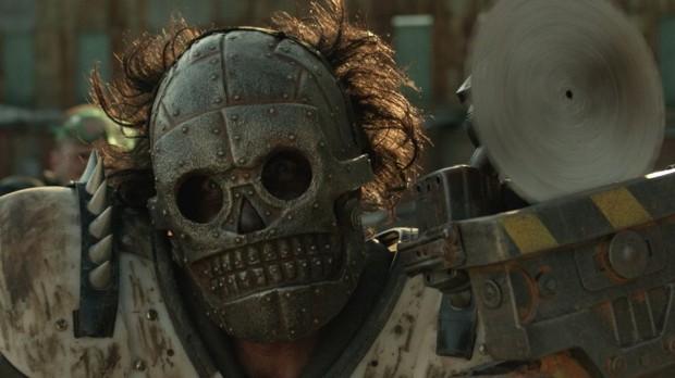 Image officielle extraite du film Turbo Kid (un homme masqué)