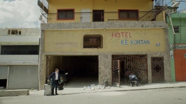 Image de Patrick Huard arrivant à l'hôtel Ké Kontan dans Ego Trip de Benoit Pelletier (2015, Films Séville)