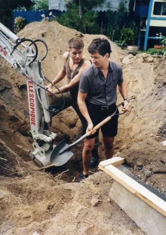 Réal Bossé et François Papineau creusant - film La Bouteille de Alain Desrochers (Image: Caroline Hayeur - Source: Coll. personnelle)