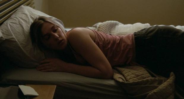 Image de la comédienne Mylène MacKay allongée dans un lit - Extrait du film Endorphine de André Turpin (Source: Films Séville)