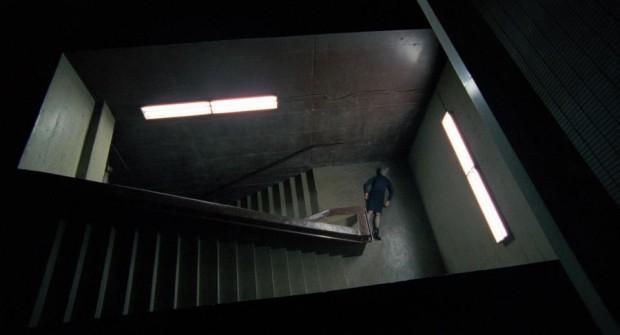 Image de la comédienne Mylène Mackay dans le rôle de Simone inconsciente dans l'escalier - Endorphine