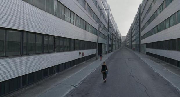 Image de la comédienne Mylène Mackay dans le rôle de Simone marche de dos dans la ruelle - Endorphine