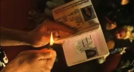 Un homme brûle son passeport dans Extrait du film Clandestins de Denis Chouinard et Nicolas Wadimoff