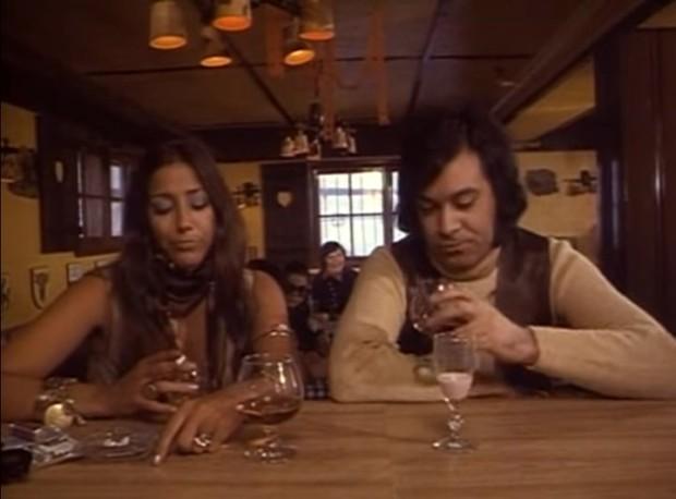 Une scène du film Après ski - René Angelil et Francine Grimaldi discutent au comptoir du bar de l'hôtel - Source: capture d'écran VHS - ©filmsquebec.com