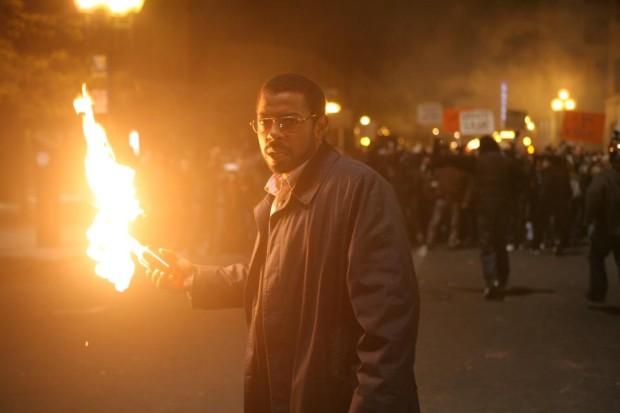 Image du comédien Frédéric Pierre tenant une torche allumée dans le film Le banquet de Sébastien Rose