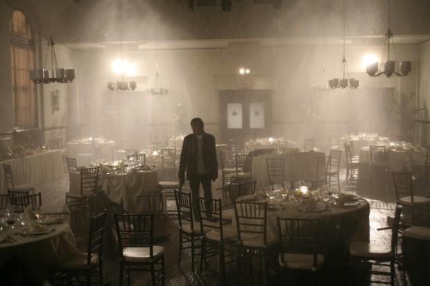 Image du comédien Benoît McGinnis se tenant dans une salle de restaurant immergée par les sprinklers, dans Le banquet de Sébastien Rose (photo fournie par Alliance Vivafilm)
