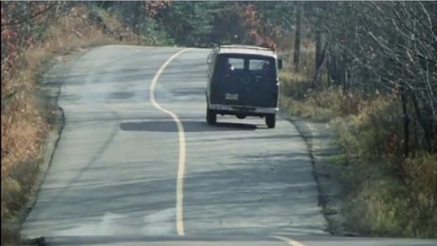 Dans la camionnette, Manon rêve de sa fleur pas écrapoutissable plantée au milieu de la route - Les Bons débarras
