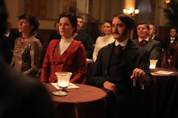 Photo officielle de Caroline Dhavernas et Vincent-Guillaume Otis dans une scène du film Chasse Galerie (courtoisie eOne)