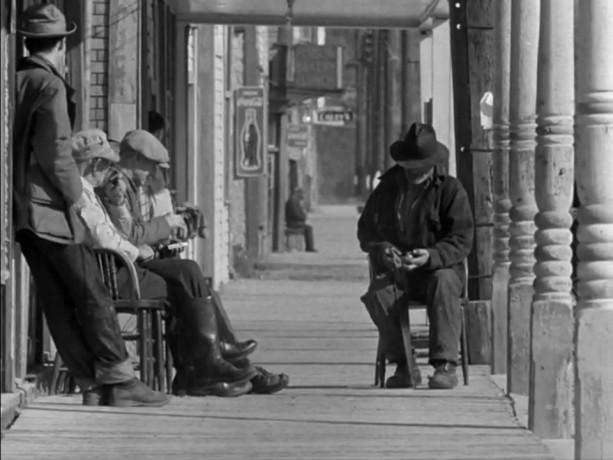 Filmé par Colin Low, City of Gold, nommé à un Oscar en 1957, montre Dawson City, ville de la ruée vers l'or, laissant transparaitre vie et espoir dans cet étrange lieu de fantômes et d'absence