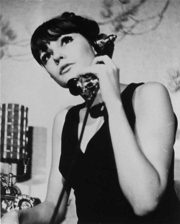 Mariette Lévesque au téléphone dans une scène du film Manette ou les dieux de carton (image promotionnelle originale)