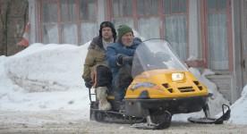 Images de Alexis Martin et Gilles Renaud sur une motoneige jaune dans Les mauvaises herbes (Louis Bélanger)