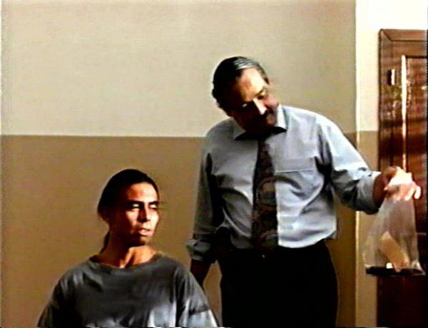 L'automne sauvage de Gabriel Pelletier - le flic pourri (Raymond Bouchard) et l'indien accusé (Raoul Trujillo) - (Capture VHS - ©filmsquebec.com)