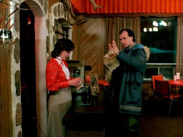 Le dernier glacier de Jacques Leduc et Roger Frappier : Carmen (Louise Laprade) et Léonard (Michel Rivard), l'ami de la famille - (capture d'écran DVD - source : filmsquebec.com)