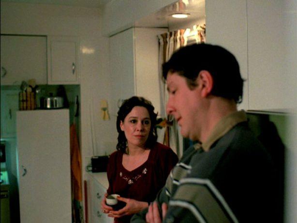 Le dernier glacier de Jacques Leduc et Roger Frappier : Carmen (Louise Laprade) et Raoul (Robert Gravel) se séparent pour de bon. Il retourne à Sherbrooke, elle reste à Schefferville - (capture d'écran DVD - source : filmsquebec.com)