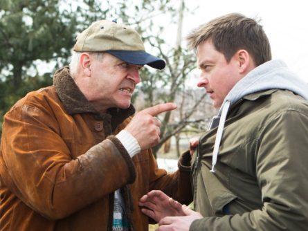 Image des comédiens Germain Houde et Marc Paquet mimant une scène de bagarre - L'origine des espèces de Dominic Goyer