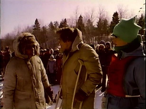 Toby McTeague George, le vieil indien qui aura une importance capitale, Tom, père de Toby et Toby juste avant le départ de la course ultime (capture de la VHS - ©filmsquebec.com)