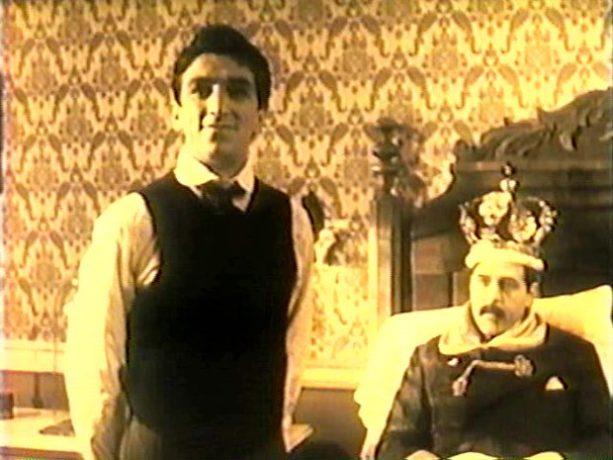 Image extraite du film Caffè Italia, Montréal (1985, Paul Tana) - On y voit la recréation du couronnement du Roi Cordazo, chef des travailleurs émigrés (capture d'écran VHS ©filmsquebec.com).